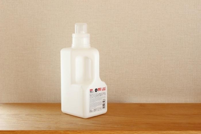 蓋を開けて、スプーンですくって…の動作が面倒な箱入りの粉末洗剤。こちらのブロガーさんは、ダイソーの詰め替えボトルを活用しているそうです。容量たっぷりサイズでハンドル付きなのでとっても使いやすい。