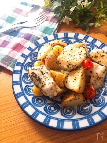 淡白なたらが満足感のあるメイン料理に!調味料を加えて炒める時は、たらが崩れないよう気を付けましょう。じゃがいもはレンジで加熱することで時短に♪