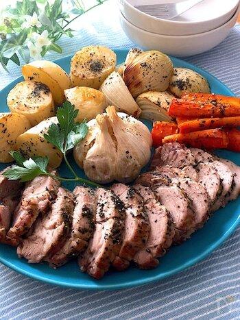 おもてなしにぴったりのメイン料理です。塊肉に岩塩やハーブソルト、乾燥バジルなどをかけたら、野菜と一緒にオーブンへ!あとは放ったらかしでOKの簡単さが嬉しい。