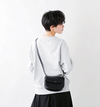 日本でも人気のフランス生まれのファッションブランド「A.P.C.(ア-・ペ-・セ-)」の、小ぶりなショルダーバッグ。さらさらとした手触りの上質なカーフスキンレザーを使用し、大人にぴったりなラグジュアリーさです。