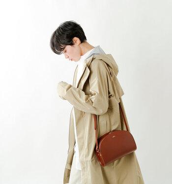 マチ付きなので、お財布やスマホなど必要最小限のものが十分入れられます。あえてカジュアルな服装に合わせてラフな感じで持つと、こなれた印象になり素敵ですね。