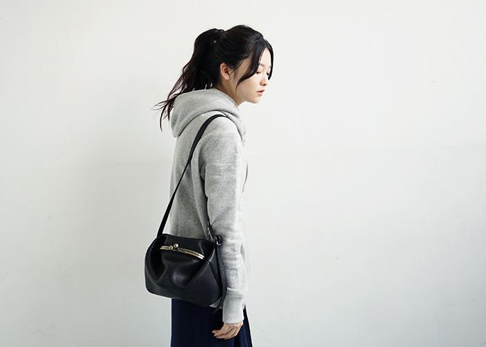 大阪を拠点とするバッグブランド「macromauro(マクロマウロ)」の、人気のがま口ショルダーバッグ「ganma」のminiバージョン。くたっとした柔らかな革の質感が心地よく、がま口のデザインがユニークで、コーデのアクセントになってくれそう。