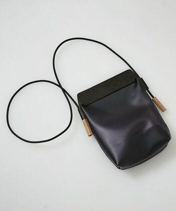 ショルダーひものストラップ部分がコルクになっているユニークなデザイン。ストッパー代わりにひもをくくってサイズ調整が可能です。