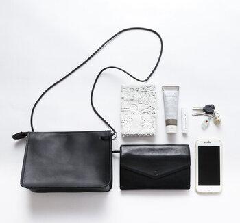 小ぶりながらも、お財布やスマホなど身の回り品をまとめるのにちょうどよいサイズ感。普段使いから、旅行先でのサブバッグとしても活躍してくれそう。
