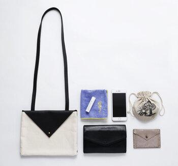 マチなしですが、身の回りのものは収まるちょうどいいサイズ感。バッグの背面にはポケットも付いているので、スマホや定期入れなどすぐに取り出したいものを入れられて便利です。