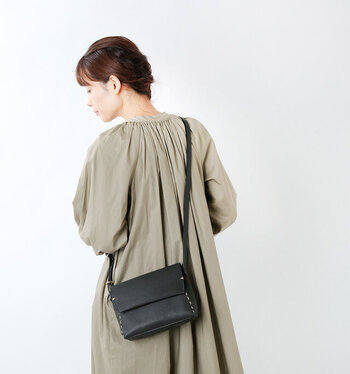 熟練の職人さんにより、斬新なアイデアと程よいスパイスが効いたデザインのバッグを作り出している大阪生まれのブランド「StitchandSew(スティッチアンドソー)」。こちらは、サイドに施されたステッチがいいアクセントになっている、レザーショルダーバッグです。
