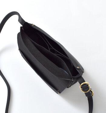 内側には、小物の収納に便利なポケット付き。大きいポケット2つと小さいポケット2つが配されているので、バッグの中が雑然となるのを防いでくれます。背面には、よく使うものをすぐに取り出せるオープンポケット付き。