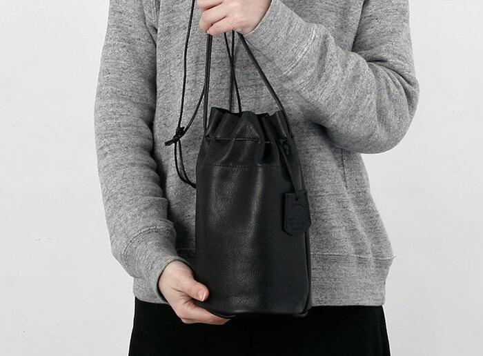 東京・蔵前にアトリエを構えるレザーバッグブランド「REN(レン)」の巾着型ショルダーバッグ。コンパクトな見た目ながらも、長財布や文庫本なども入る収納力。柔らかく軽いゴートスキンを使用しているから日常使いにぴったりです。
