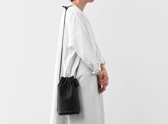 上質な革に、細めのひもがカジュアルな印象です。ちょっとお散歩したいとき、近所にお買い物に行くときなど、気軽に持って出かけたくなる気負わないデザインですね。