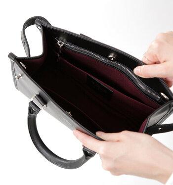 しっとりとした質感の滑らかな皮革を使用し、シンプルなデザインでどんなコーデにも馴染みやすい。マグネットで開閉できるので荷物もさっと取り出しやすく、使い勝手も◎です。内側はファスナーポケット一つ、両サイドにオープンポケット付きで、荷物を収納するのに便利なつくりです。