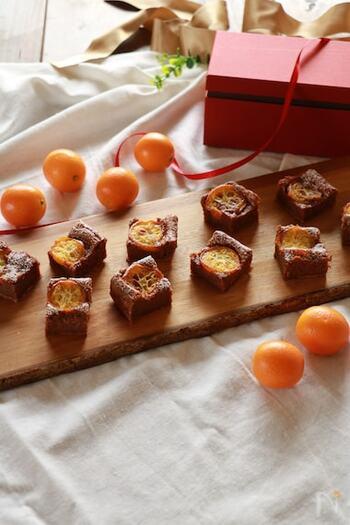 金柑は、チョコレートはもちろん、チーズとも好相性。人気のショコラチーズケーキに金柑をプラスして、贅沢なお菓子にしてみましょう。牛乳パックでもきれいにできます。