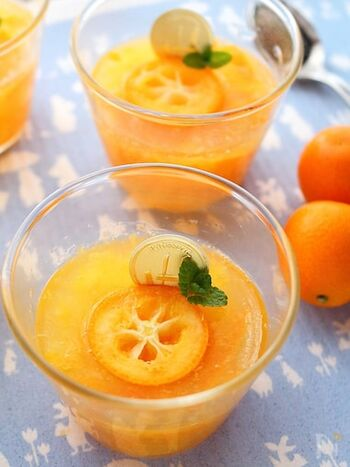 甘みの強いきんかんたまたまを使ったゼリー。金柑の甘みを生かし、砂糖は控えめに。また、凝固剤にはアガーを使用。ゼラチンと寒天の中間的な食感で、透明感のあるふるふるのゼリーができます。
