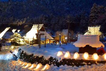 京都市内よりも気温が低いため、冬は積雪量が多く、雪化粧をした姿が見られます。 1月下旬~2月上旬にはライトアップイベントの「雪灯廊」が行われ、2020年は1月25日~2月1日の日程で開催予定です。