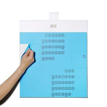 """不思議な見た目ですが、こちらは素材である""""紙""""を楽しむカレンダーになっています。 点線に沿って切り取ると、様々な厚みや質感、色の違う紙が下から現れます。 紙、印刷物好きさんにはたまらないですね。"""