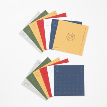 活版印刷の表面の凹凸が、何とも言えない味わい深さを醸しています。シンプルなデザインながら、文字と紙で魅せる落ち着きのある美しさを楽しむことができます。
