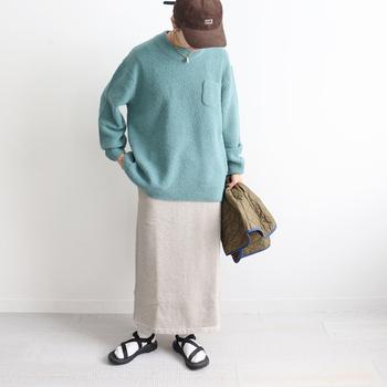 こちらの上質なオーガーニックコットン素材のスウェットスカートは、「FilMelange(フィルメランジェ)」のもの。裏地は起毛仕立てでポカポカ。脇に縫い目のないデザインで、どの角度からみても美しい。ペールグリーンのセーターと合わせて、品良くコーディネート。淡いトーンが冬の景色に映えそうですね。
