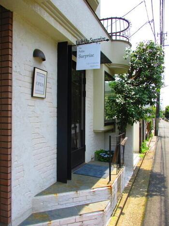 「La Petite Surprise」は、西荻窪駅と吉祥寺駅の間にある小さなパティスリー&カフェ。閑静な住宅街にひっそりとたたずむ、大人のティータイムにぴったりなお店です。