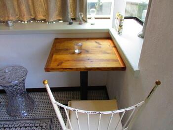 床のタイルや白い椅子がおしゃれな店内。静かな空間は、ひとりでゆっくり過ごしたい日におすすめですよ。