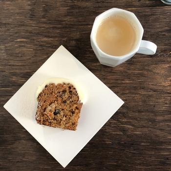 どっしりとしたキャロットケーキや、チョコレートのテリーヌなどは、甘いものを食べたいときにおすすめ。寒い季節は、温かいドリンクと一緒にほっこり安らぎましょう。