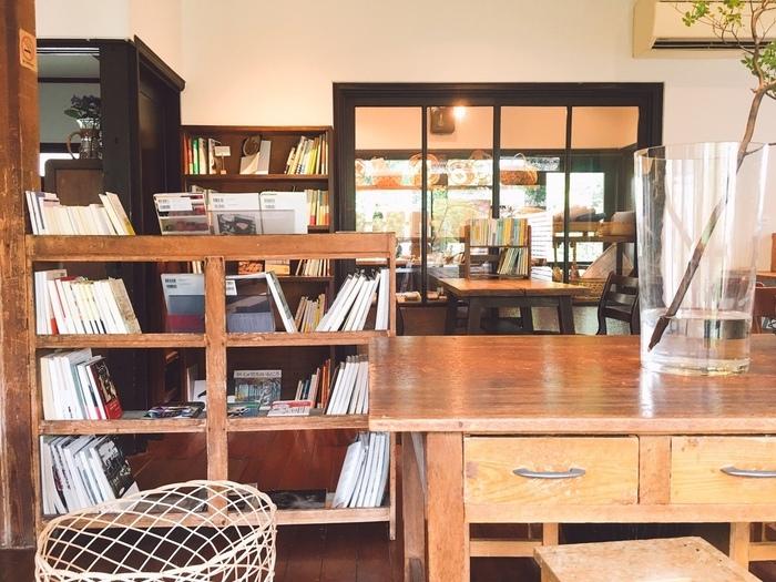 食後は、店内の本を読みながら過ごしてみませんか?荻窪にある本屋「Title(タイトル)」がセレクトした本は、旅行記やエッセイなどさまざま。居心地が良いので、おうちにいるような気分で読書ができますよ。