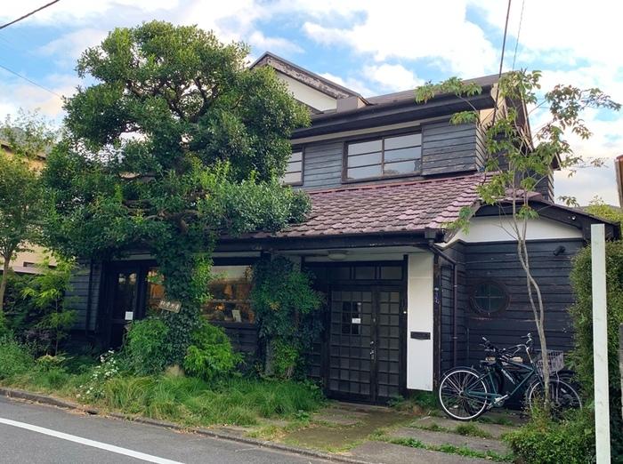 西荻窪駅から歩いて7~8分の住宅街にある「松庵文庫」は趣きのある古民家カフェ。入口にある大きなシンボルツリーが目印ですよ。
