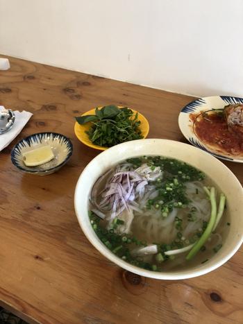 オーナーご夫妻がベトナムで食べ歩いたり教わったメニューは、どれも本格的。米粉の麺で作られた「フォー」はすっきりとしたスープがクセになる味わいです。パクチーやレモンを加えて味の変化を楽しむのも本場流の食べ方。