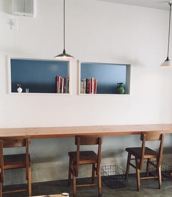 「nom ca phe(ノム カフェ)」は、オーナーご夫妻が旅行をきっかけにベトナムに興味をもって開いたお店。清潔感のある小さな店内は女性ひとりでも入りやすく、地元の人たちで満席になることも多いほど人気です。