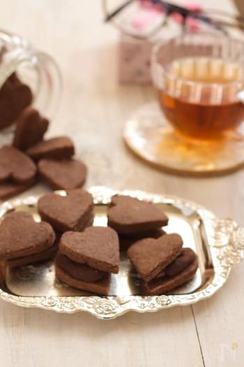 サクサクのココアクッキーに、チョコガナッシュがはさまれた、チョコマニアにはたまらないおやつ。米粉でつくるから、サクっと軽い食感に仕上がります。