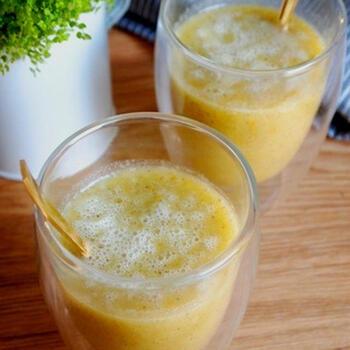 金柑・バナナ・キウイなどの果物と白菜のジュース。白菜を加えることで、まろやかな美味しさになります。レモンイエローの色も美しいですね。