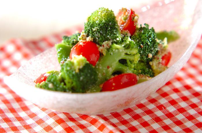 お弁当のおかずに、粉チーズと粒マスタードのドレッシングで和えたブロッコリーのサラダはいかが?   作り置きする時は、ドレッシングと野菜を別々に用意して、食べる前に和えると傷みにくいですよ。