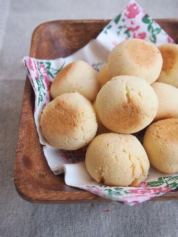 もちもち食感のポンデケージョは粉チーズを大量に使って作るお菓子なのを知っていましたか?  作る工程は材料を混ぜてオーブンで焼くだけなのでとっても簡単。タピオカ粉の代わりにもち粉で作るレシピになっています。