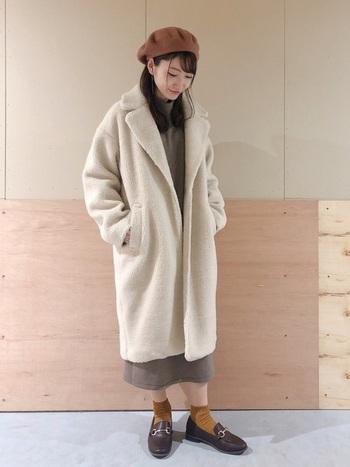 ボアのチェスターコートは、シンプルなニットワンピースを合わせて大人かわいい着こなしに。アウター以外のカラーをベージュ&茶系で揃えることで、まろやかな着こなしに。身体をまーるく包み込むコクーンシルエットのアウターは、ゆるりと抜け感のある、女性らしい着こなしが叶います。