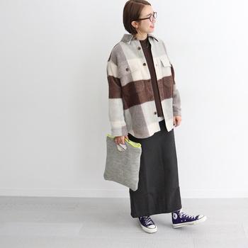 シャツ感覚で羽織れるアウターは、コートよりも堅苦しくなく、ちょっとそこまでのお出かけにぴったり。肉厚の生地だけど、軽い着心地で快適。中に厚手のスウェットも着込めるゆったりデザインも嬉しいですね。タイトロングスカートとのバランス感も絶妙です。