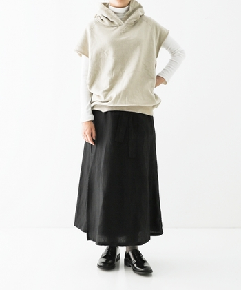 くるっとエプロンのような感覚で巻きつけるサロンスカート。平織りのリネン素材で厚みも程よくあり、通年着回せるアイテムです。レギンスやニットパンツの上に重ねるのも素敵。ポケット付きなので、ハンカチや小さなお財布を入れて、お散歩もできますよ。