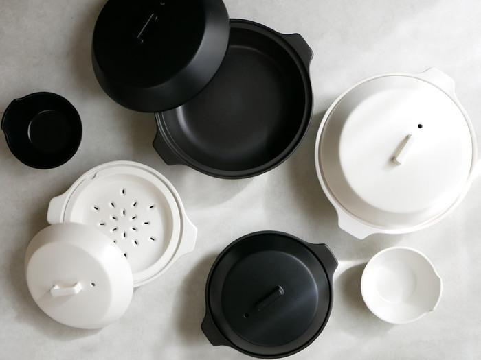 IH対応ですが電子レンジやオーブンなど熱源を選ばない機能的な土鍋です。  鍋料理はもちろん蒸す・炊く・煮るといろんな料理に対応。  冬だけでなくオールシーズン使いやすい土鍋です。 シンプルでスタイリッシュなデザインで、現代の食卓に取り入れやすいおしゃれさ。  2.5Lは3~4人用サイズです。