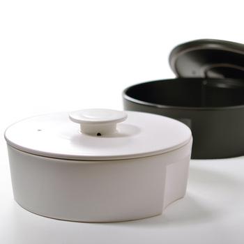 愛知県瀬戸市生まれのセラミックジャパンの土鍋は、土鍋とは思えないモダンで機能美ある土鍋です。  持ち手が取っ手式ではないので、食卓に置いても収納するときもすっきり。  金属プレートを外すと電子レンジも使えます。 Lサイズは2.45Lで2~3人用サイズ、Sサイズは1.3Lで1~2人用サイズです。
