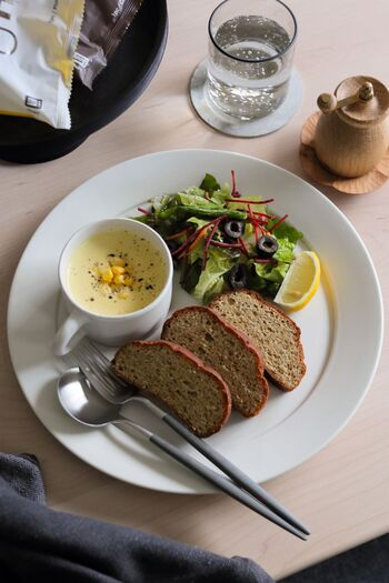 ドローインはいつでも、どこでも手軽にできるものですが、食事の直後はやらないようにしましょう。  お腹がいっぱいだと、腹筋を上手に動かすことが難しいうえ、消化にも悪影響が及びます。