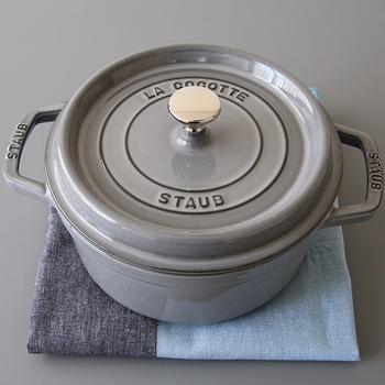フランスで今も受け継がれる伝統製法で作られた、鋳物の鍋。ストウブ最大の特徴は「無水調理」ができること。 蓋の裏側に小さな突起があり、具材から出たうま味を逃さずに調理できるように設計されています。  半圧力鍋のような使い方ができるので、時短調理にもなります◎  24cmは一番大きなサイズで4~6人用。キャベツまるごと入るサイズなので、鍋料理やカレーもたっぷり作れる人気サイズです。
