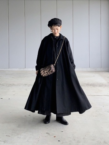 大人っぽさ満点のブラックワントーンコーデには、ピアスやバッグなどの小物使いで華を添えて。サイズが小さく控えめなものを選ぶと、上品なドラマティックさが生まれます。