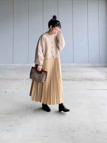 冬のベージュワントーンコーデには、ベージュカーディガンが一押しアイテム。上品で存在感が出すぎないので、あらゆるベージュ服に羽織っておしゃれレイヤードを楽しめます。