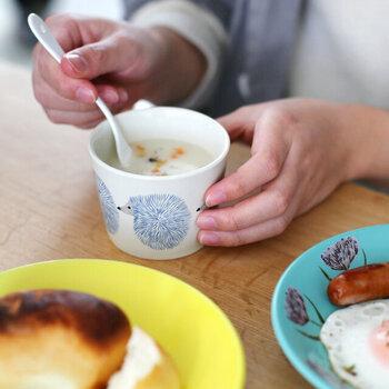 飲み物を入れるカップとしてはもちろん、スープカップやデザートカップ、副菜を盛り付ける器としても重宝します。お値段もお手頃なので、全種類揃えたくなりますね。