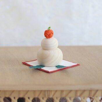 クリスマスをすぎればあっという間にお正月。こんな木製の鏡餅を飾ってみませんか? 本物のお餅とみかんを重ねるよりは小ぶりでシンプル。洋風インテリアのおうちでも馴染みやすい、可愛らしいデザインです。