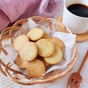 サクサクの生地の中にプチプチしたゴマの食感が楽しいクッキー。ひと口食べるとゴマの香ばしさが口いっぱいに広がります。しっかり生地を冷やしてから焼くのがサクサク感を出すポイントです。