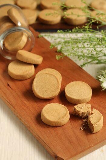 ほろ苦いコーヒー味のクッキー。コーヒーとの相性がぴったり。米粉で作る生地は口溶けがよい分まとまりづらいので、ギュッギュッと手でまとめて形作くるのがポイントです。