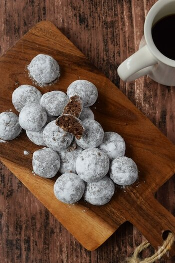 コロンとした形と粉糖の白とココアの黒のコントラストがかわいいひと口クッキー。ホロホロの生地の中にアーモンドダイスのカリッとした食感が楽しい。1回で25〜30個できますよ。