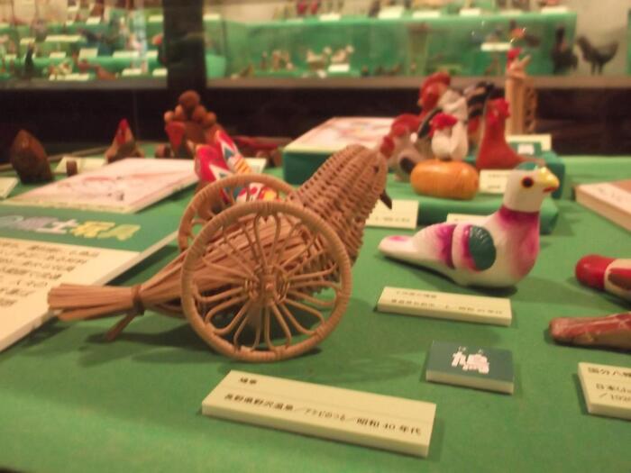 さらに郷土玩具を深く知りたいという方におすすめの兵庫県姫路市にある日本玩具博物館。趣のある土蔵造の6棟に、日本だけでなく世界160ヶ国の地域の玩具資料、約9万点が所蔵されています。常設展も充実しており、さらに季節ごとの企画展や特別展、さらに玩具づくりの講座も開催されることがあるので、興味のある方はリンク先をチェックしてみてください。