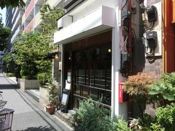 大型商業施設「オリナス」の裏手にある「すみだ珈琲」は自家焙煎で世界のコーヒーを楽しめるコーヒーショップ。地元の方をはじめ、観光客も多く訪れる人気店です。