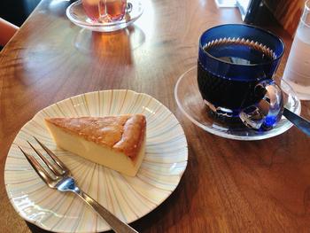 毎日手作りされる数種類のケーキは、コーヒーにぴったり。こちらは「定番のチーズケーキ」で、しっとりほどけるような食感が魅力ですよ。