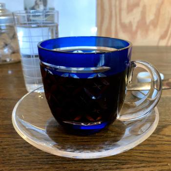 お店自慢のコーヒーは、墨田区や江東区の伝統工芸品である江戸切子のカップで提供されます。江戸切子の魅力をもっと知ってほしいとの想いから、ホットドリンクにも使えるよう職人さんと一緒に開発したそう。カッティングが美しく、なんとも贅沢な気分ですね。