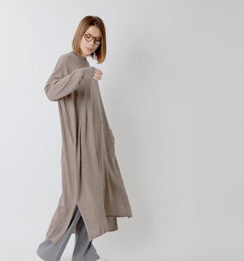 リサイクルウールを素材に使用し、環境にも配慮したニットワンピース。ゆったりとしたドレープデザインが、動くたびにシルエットに変化を与えます。首をキレイに見せるほどよいつまり具合のクルーネックで、シンプルで楽ちんながらも、上品に着こなせますよ。